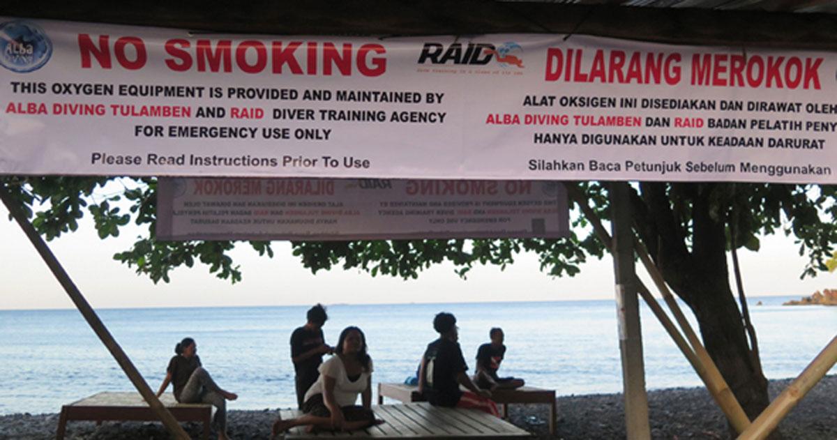 Alba Diving providing oxygen at Tulamben Beach
